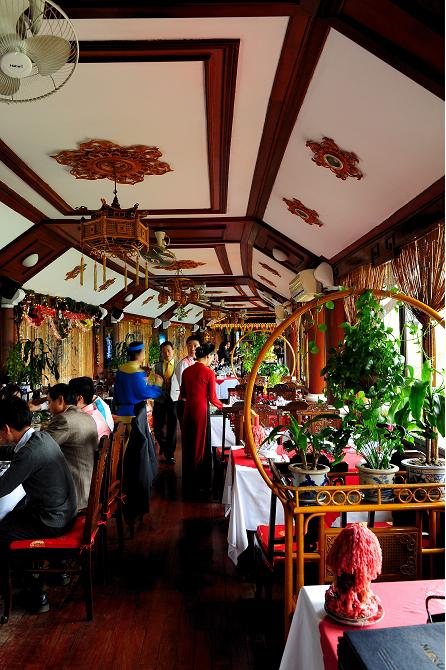餐厅的装修是越南传统风格
