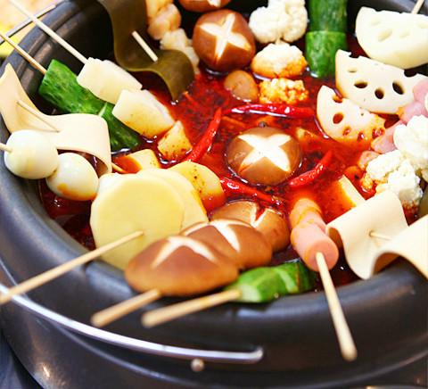50g菠菜,50g魔芋粉,3张油豆皮,适量油,适量盐,100g重庆火锅底料,适量